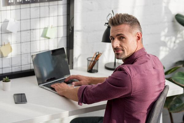 En bra kontorsstol är viktigt när man jobbar långa pass vid datorn.