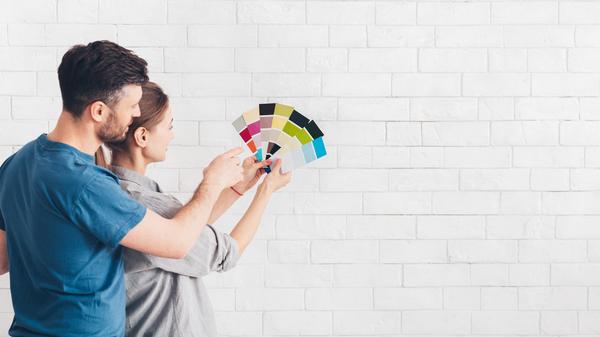 Att ha nymålade väggar gör ett hem vackert.