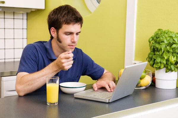 Ät något som ger dig energi som till exempel en frukt eller en smörgås.