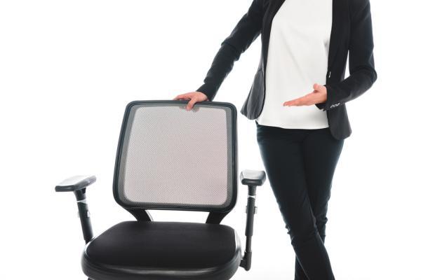 Vissa stolar går att höja och sänka, böja bak ryggen och liknande